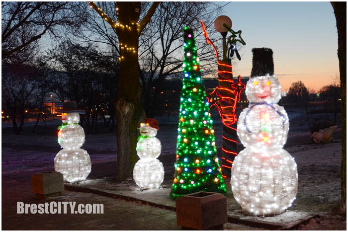 Снеговики и деревья возле ЦМТ. Новогодняя иллюминация. Фото BrestCITY.com