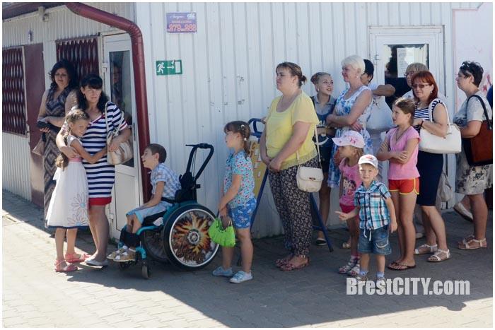 Соберем портфель к школе. Благотворительная акция на рынке Лагуна. Фото BrestCITY.com