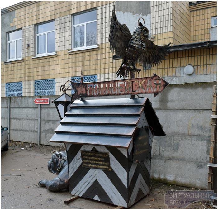 Скульптура совы и бульдога в Бресте