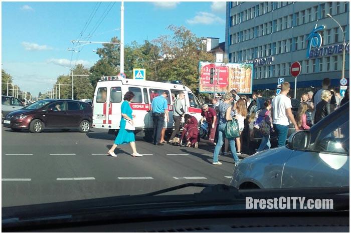 Таксист сбил пешеходов на переходе возле ЦУМа