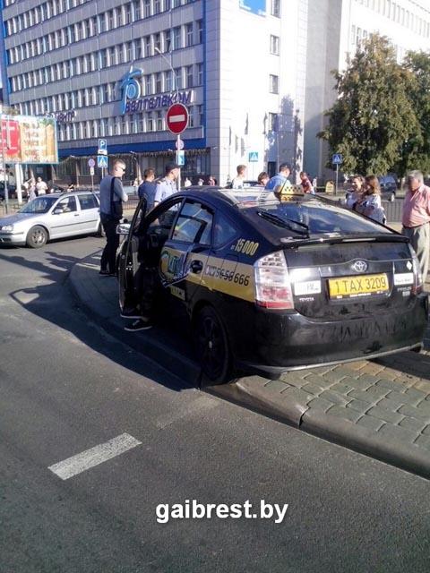 Таксист сбил людей на ЦУМе