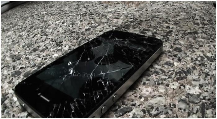 Разбитый мобильный телефон на дороге