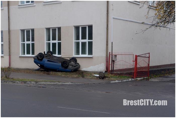На улице Папанина в Бресте 2 ноября 2016 года опрокинулся ВАЗ
