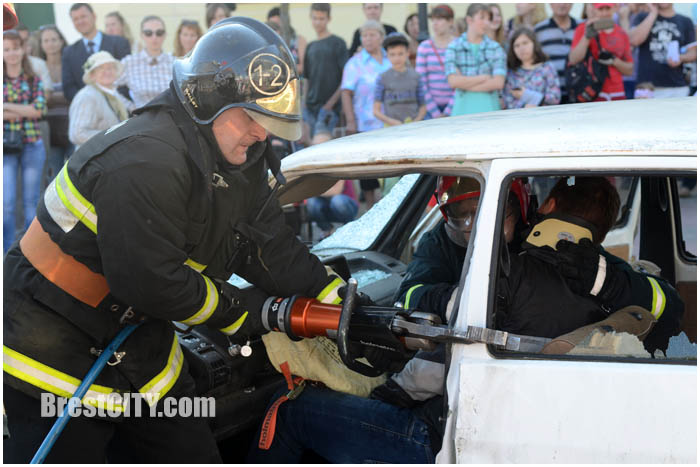 На Советской возле кинотеатра Беларусь загорелся автомобиль