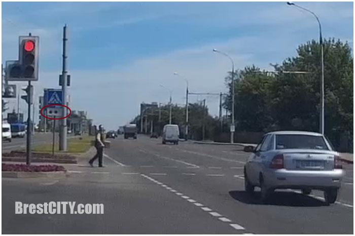 Человек с белой тростью едва не попал под колеса автомобиля