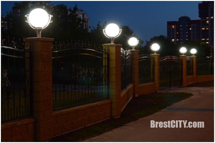 Новый забор возле технического университета в Бресте. Фото BrestCITY.com