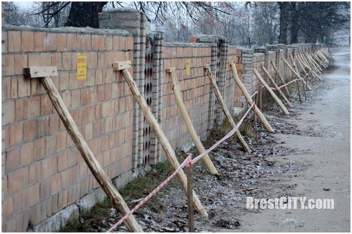 Забор Тришинского кладбища может рухнуть на проезжую часть