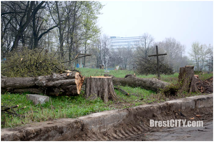 В Бресте разобрали аварийный забор Тришинского кладбища