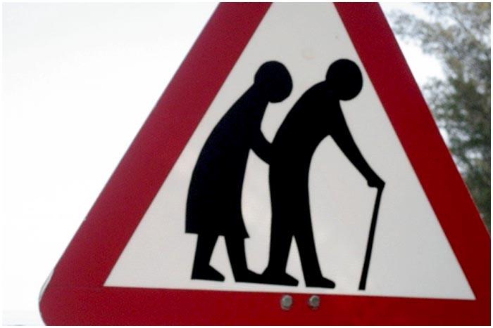 Пенсионеры на дороге. Знак