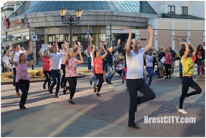 Бразильский зук. Танцевальный флешмоб на улице Советской в Бресте. Фото BrestCITY.com