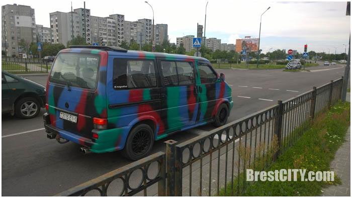 Разноцветный автомобиль на улице Гродненской в Бресте