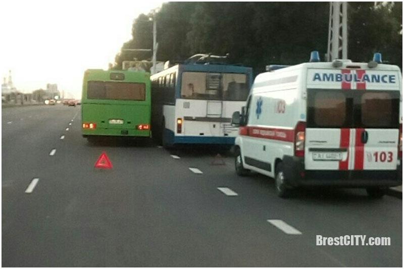 Автобус и троллейбус притерлись на остановке в Бресте