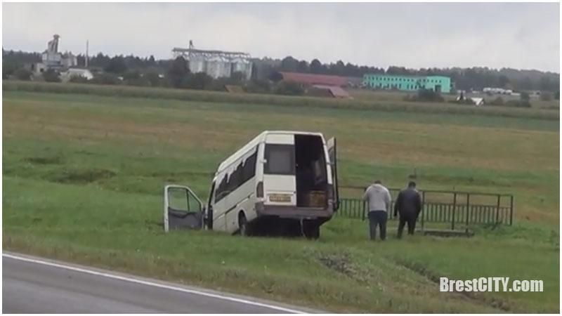 Бус вылетел с дороги