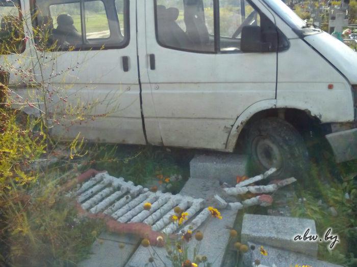 Автомобиль в Жабинке заехал на кладбище