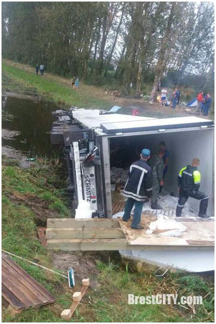 Фура вылетела с моста в мелиоративный канал возле Кобрина