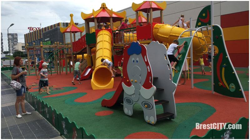 Детская площадка возле гипермаркета Грин в Бресте