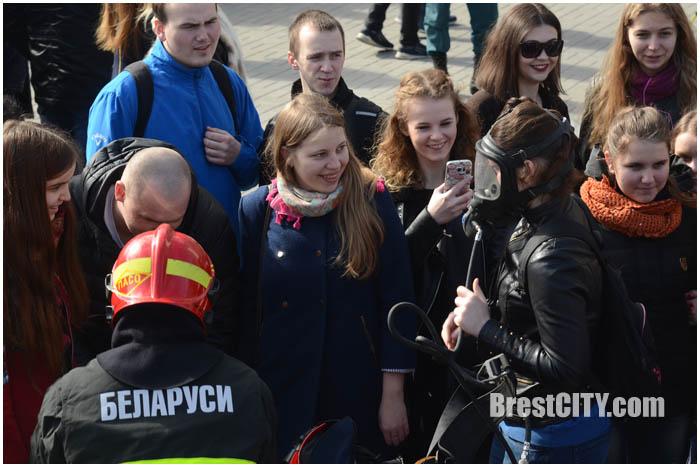 Показательные выступления МЧС в Бресте возле университета Пушкина