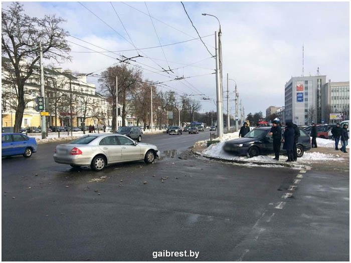 Авария возле ЦУМа в Бресте 12 февраля 2017