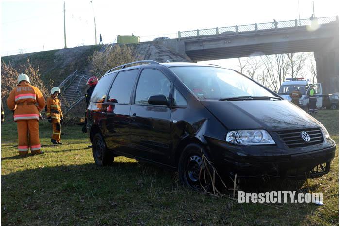 На Набережной с моста упал автомобиль. Фото BrestCITY.com