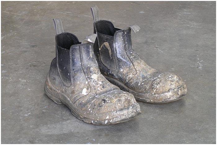 Грязная обувь. Стройка