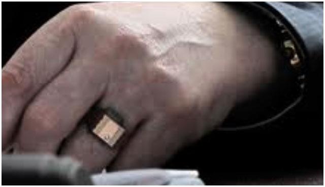 Золотая печатка на руке