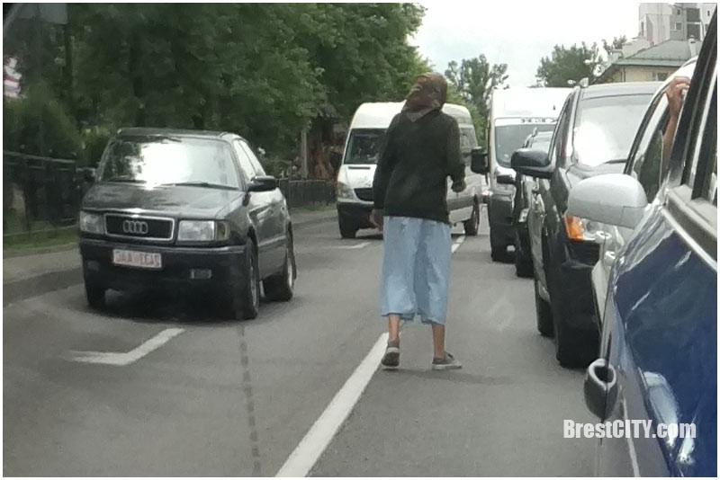 Попрошайки у дорог в Бресте. Фото BrestCITY.com