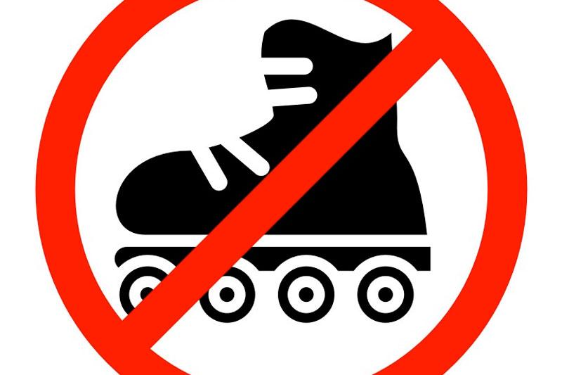 На роликах запрещено