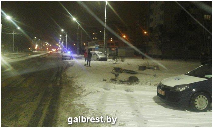 Пьяный водитель снес светофор на улице Гаврилова в Бресте