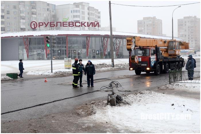 Сбили столб на ул.Волгоградской в Бресте. Фото BrestCITY.com