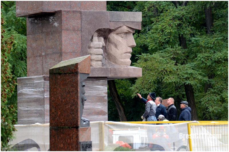 Обновленный памятник стражам границ