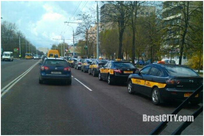 Машины такси проехали по Бресту в память об убитом коллеге