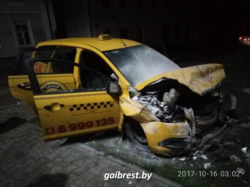 Такси врезался в жилой дом