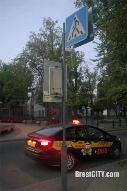 Парковка таксиста на пешеходном переходе в Бресте
