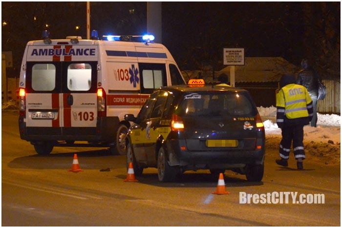 Таксист на рено в Бресте сбил пешехода. Фото BrestCITY.com
