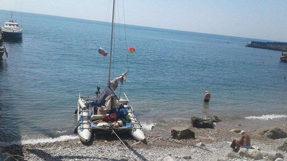 Яхта с туристами из Беларуси