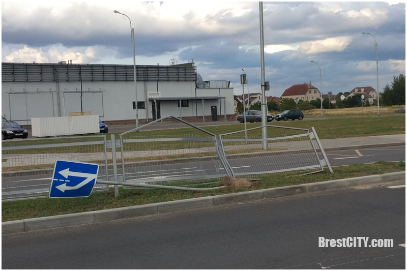На Суворова в Бресте поломали забор и знак