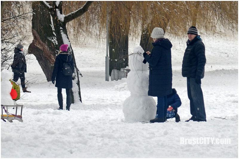 Снеговики на Набережной Бреста