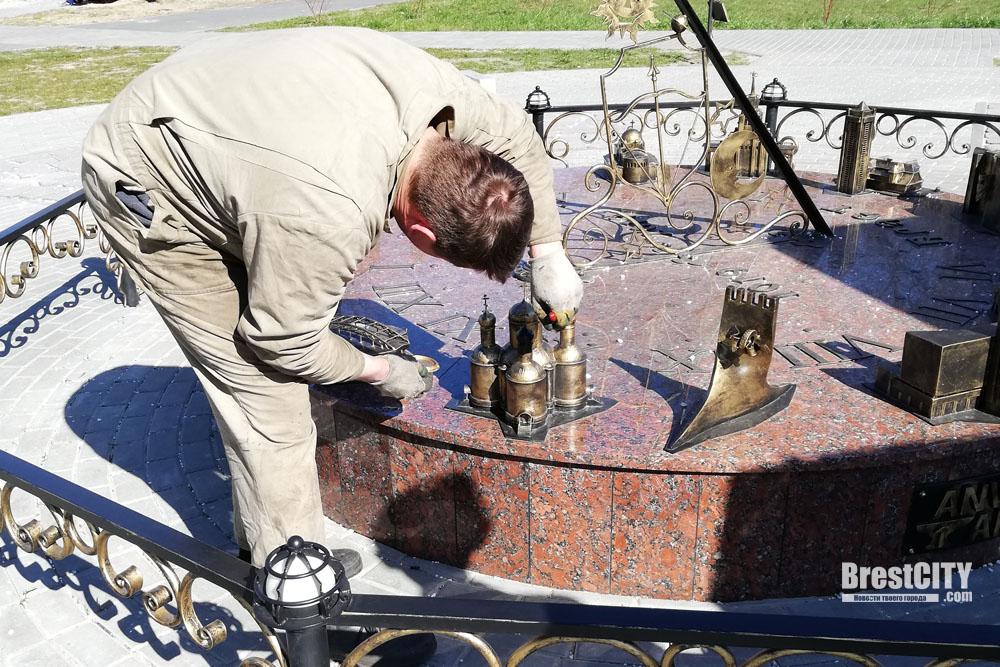 Солнечные часы на Набережной были повреждены вандалами - их восстанавливают