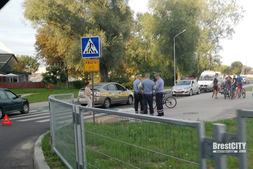 В Бресте подросток на велосипеде врезался в такси